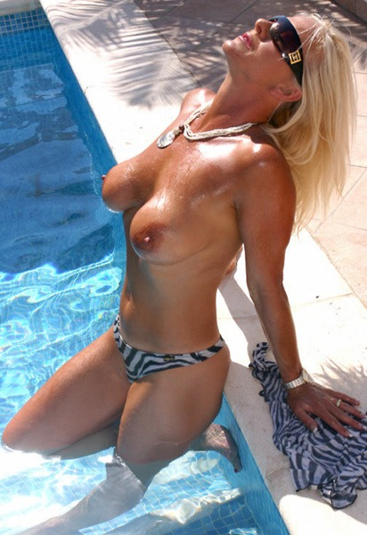 amazing-astrid-in-the-pool