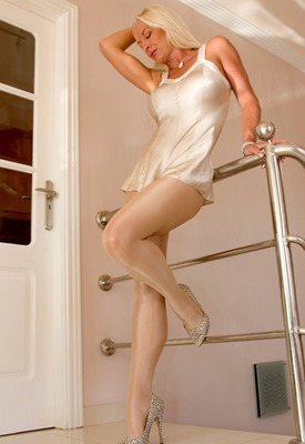 astrid-in-satin-nylons