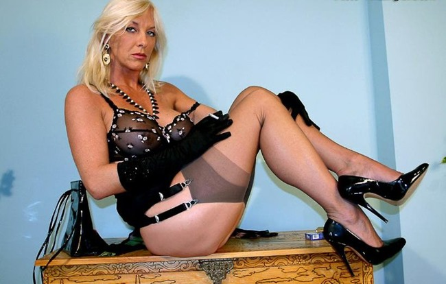 Astrid in nylons